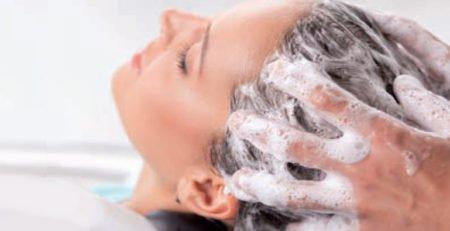 Domowe sposoby na lepszy porost włosów – masaż skóry głowy