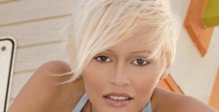 Włosy blond lśniące w promieniach słońca. Jak wybrać odpowiedni odcień blondu?