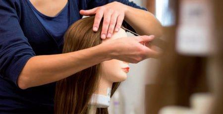 Główki fryzjerskie w profesjonalnym salonie fryzjerskim