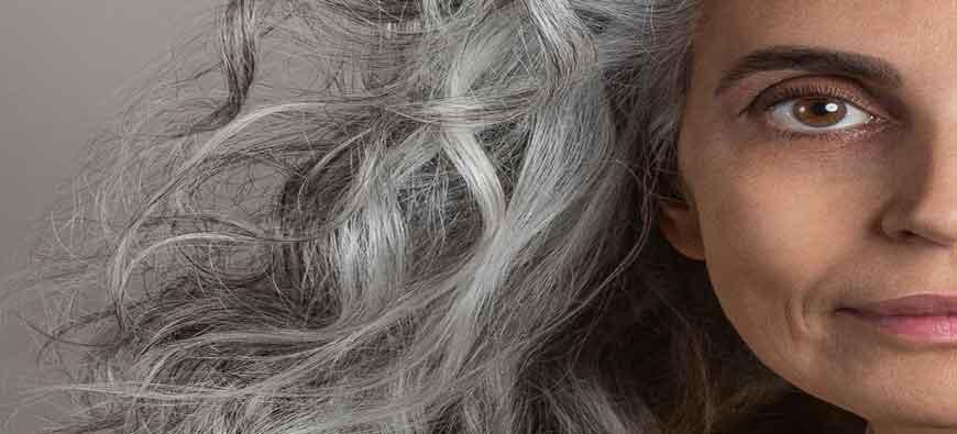 Jak pielęgnować włosy dojrzałe? Piękne w każdym wieku