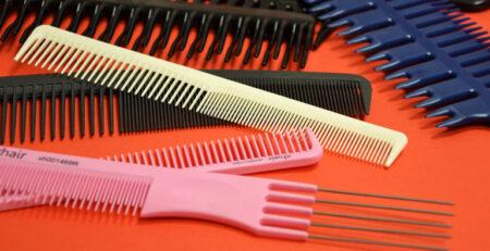Grzebienie fryzjerskie, codzienne narzędzie pracy fryzjera